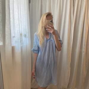 Klänning/blus från hunkydory 100% silk! Lite kort att ha som klänning på mig som är lite längre, men min syster har använt den som en klänning med en underklänning se bild 3. Köparen står för frakten.