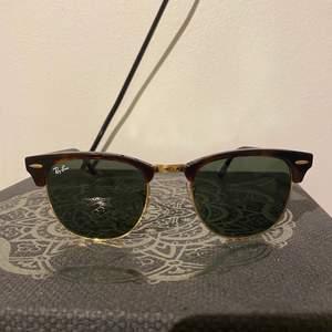 Säljer dessa Rayband solglasögon för båda könen (modell: Clubmaster). Använd en gång under en sommar. Finns en minimal repa (syns bara i ett visst ljus) men annars som nya! Kvitto finns ej. Nypris 900-1000kr, köpt i Stockholm. Mitt pris 350kr inkl frakt. Rayban fodral (brunt fodral) ingår! DM för fler bilder! ☺️