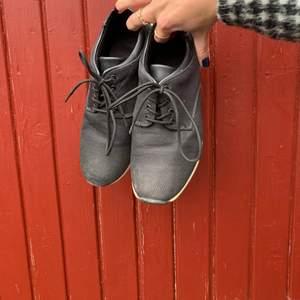 Svarta sneakers i storlek 39