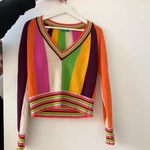 V-ringad stickad tröja från benneton, älskar den men används tyvärr inte av mig och förtjänar därför ett bättre hem 🥺😢