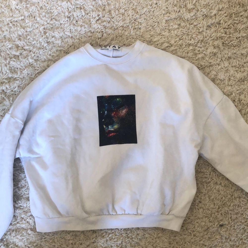 Cool sweatshirt med tryck på. Storlek xs men passar nog en liten s med. Bra skick. Du står för frakt🥰🥰hör av dig vid intresse. Tröjor & Koftor.