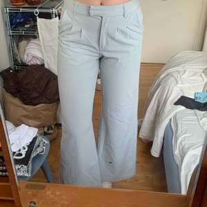Säljer för att dem är förkorta :(, väldigt ljusblå färg nästan grå, midjemått: 74cm, innerbenslängd: 80cm, jag är 177cm🤍