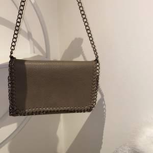 En inspererad stella Mccartney väska som knappast har använts. Säljer pga ej min stil❤️