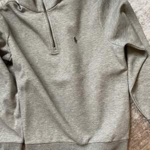En fin stickad tröja från Ralplauren typ aldrig använd. Fin i kvalite och brand storleken. Storlekarna är som vanligt s m l