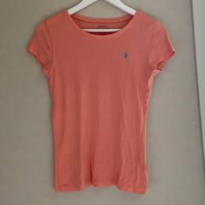 Säljer nu min korallfärgade RL T-shirt med ett ljusblått märke💕 strl är xl barn vilket motsvarar xs/s. Köparen står för frakt!