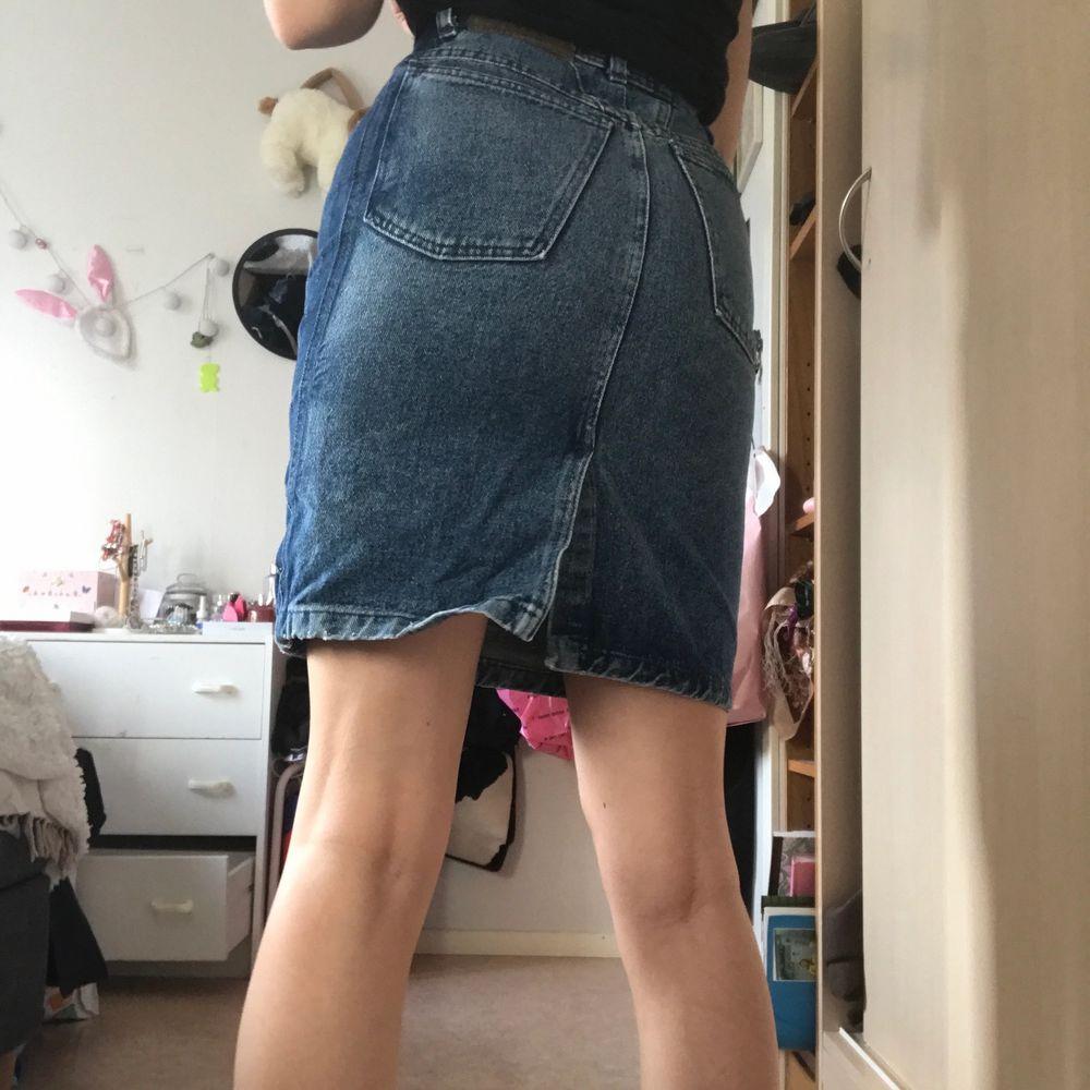 Jeans kjol köpt på humana secondhand. Den är i två nyanser. Sitter skit fint tajt. Skulle säga den passar en xs, den sitter lite tajt på mig som brukar ha s unegfär. Fraktar bara just nu, köparen står för frakten.  . Kjolar.