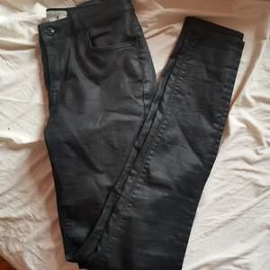 Byxor i ett skinnliknande material, från ginatricort, modell kristen 🥰