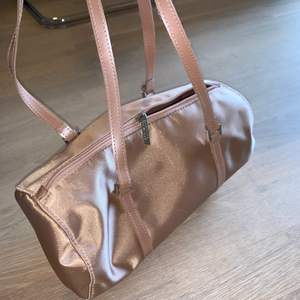 """denna supergulliga handväskan, eller """"baguett bag"""" som man kan ha ubder armen🌸 köpt på secondhand från märket clinuiqe, i bra skick💞"""
