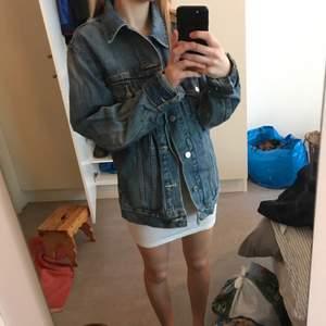 Fin Levi jeansjacka i storlek M