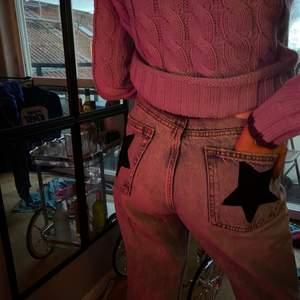 Jeans med påsydda stjärnor bak i ljust jeanstyg (dålig bild). Jeansen är från Zara i storlek 36! Knappt använda så i nyskick! Pris kan diskuteras