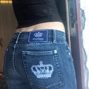 Så coola Victoria Beckham byxor, sitter lågmidjade. De har använts en gång pga att de är lite tajta för mig. Köpt på Depop och är i bra kvalitet. De är storlek 32 men skulle nog säga att de är närmre 30.