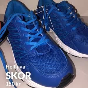 Helt nya skor, finns två par!