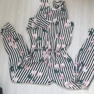 Barn byxdress från Lindex i nyskick. Storlek 146