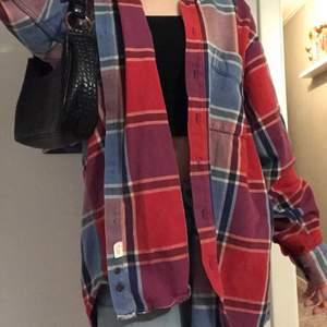 Det är en rödrutig skjorta från Gant. Den är köpt på second hand men är i extremt bra skick. Jag har knappt använt den och det är även varför jag säljer den. Den är oversized i stl M. Den är köpt ganska dyrt, men det är just för att den är i äkta flanell. Skriv om ni vill ha mer bilder💗