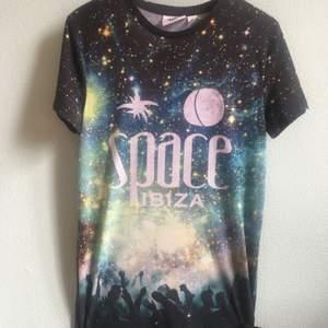 Space Ibiza Musclefit T- Shirt, knappt änvänt så den är i perfekt skick. Sitter tight men bekvämt och lång i storleken, täcker nästan ner till knäna.