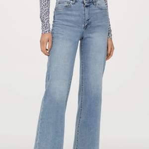 Det är Trendiga Highwaisted wideleg ljusblåa jeans som är i bra skick och passar i storlek 34 160-164.