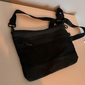 Svart väska från H&M. Perfekt att ha med när man tränar.