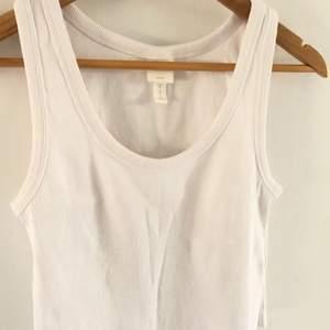 Vitt linne från H&M som är avklippt och nu croppad, använt fåtal💕 100kr inklusive frakt