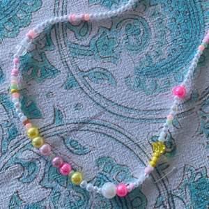 Pärlhalsband med glas- och akrylpärlor💫💫  Har fler halsband om intresse finns, däremot är alla unika!