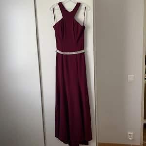 En klänning som kan användas vid många olika tillfällen.         Storlek: M   Lite längre bakom, fin detalj   Sitter tajt i kroppen och svänger ut fint med längden   Används en gång tidigare på balen, fint skick.   Köpt för 3100kr säljes för 2100kr.