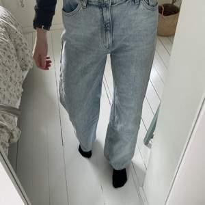 Ljusblå jeans från monki i storlek 28. Har dock sytt in ett resårband i midjan då de vanligtvis är förstora för mig som har 34/36. Skulle säga att de passar en 36/S nu, bättre än 34. De är lite mer blå i verkligheten, då de ser lite gråa ut på bilderna. Säljer då jag inte är ett fan av passformen. Använda typ 2 gånger.👖💙🤍
