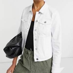 Vit jeansjacka som passar till allt. Storlek S. Från Vero Moda. Knappt använd.