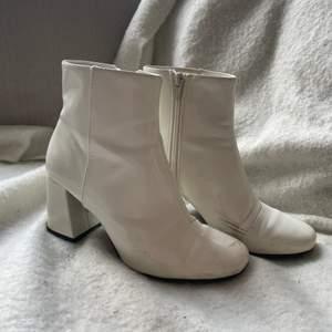 Säljer mina vita klackar från Monki i storlek 37. Dom är sjukt sköna och jag har använt dom ganska mycket!🤍 kunden står för frakten🌸