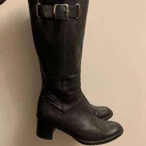 Så snygga boots med stilrena spännen i strl 38 skulle dock säga att de mer skulle passa en liten 37/36, säljer då de är för små för mig<3