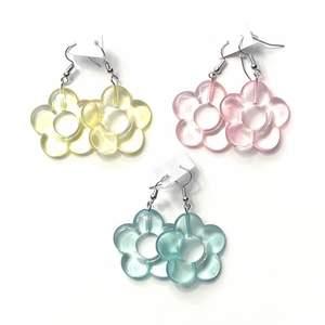 Säljer dessa transparanta blommiga örhängena! Finns i alla tre färger som på bilden, alltså blå, rosa och gul! Frakt tillkommer 12kr❗️ Och de är såklart helt nya alltså inte använda👍🏽 35kr st!