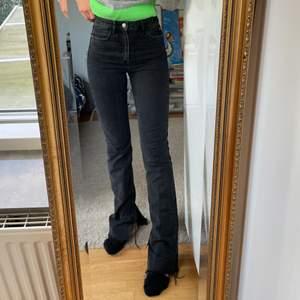 Snygga raka svarta jeans med slits nedtill från Zara. Använda Max 4 gånger, frakten ingår i priset☺️ har ett par svarta jeans som ser nästan likadana ut bara att de inte har nån slits, skicka ifall ni vill att jag skickar bild på dem också