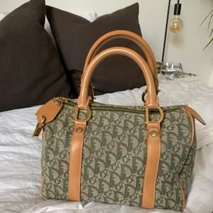 """Kör en intressekoll på min älskade dior väska som köptes i början av sommaren hos """"The vintage bar"""" den är självklart äkta och i den finaste gröna färgen. Tyvärr används den inte lika flitigt som den förtjänar💕 köptes för cirka 6000kr"""