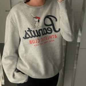 Säljer denna supermysigt sweatshirt från H&M herr i storlek S. Den är i superbra skick och är jättefin oversize! (Köparen står för frakt)