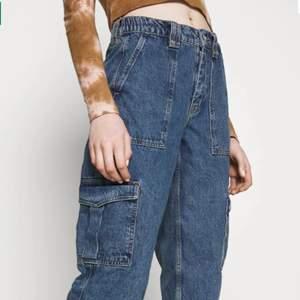 Skit snygg cargo jeans ifrån Urban Outfitters men som tyvärr inte sitter så bra på mig!! Helt nya 😍 (frakt ingår ej) om många blir intresserade blir det budgivning!!