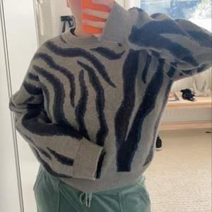 Stickad tröja från Nakd! Köpt för väldigt länge sen, men fortfarande i fint skick! Storlek XS, men till jämförelse så brukar jag på bilden bära S/M i tröjor🥰