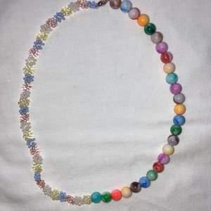 Populärt och modernt halsband med halva sidan blommor och andra halvan färgglada akrylpärlor. Se gärna mina andra annonser för fler halsband och ringar: