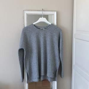 Superfin ljusgrå stickad tröja från twist & tango i storlek XS!