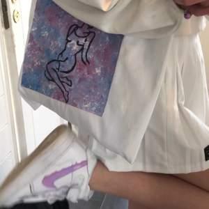 Hej! säljer denna assnygga tygväskan som jag helt själv målat på. Bra med utrymme. Till sin väska får man en slumpmässig stålring (se sista bild) och lite godis om man har tur:)💜💜💜 SÅLD