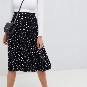 Prickig midi-kjol från ASOS med veckade detaljer. Använd 2-3 gånger, därav fint skick! Köptes för 274kr, idag slut på hemsidan 🧚🏼 Stretchiga resår i midjan gör att kjolen passar en med storlek 34-38.