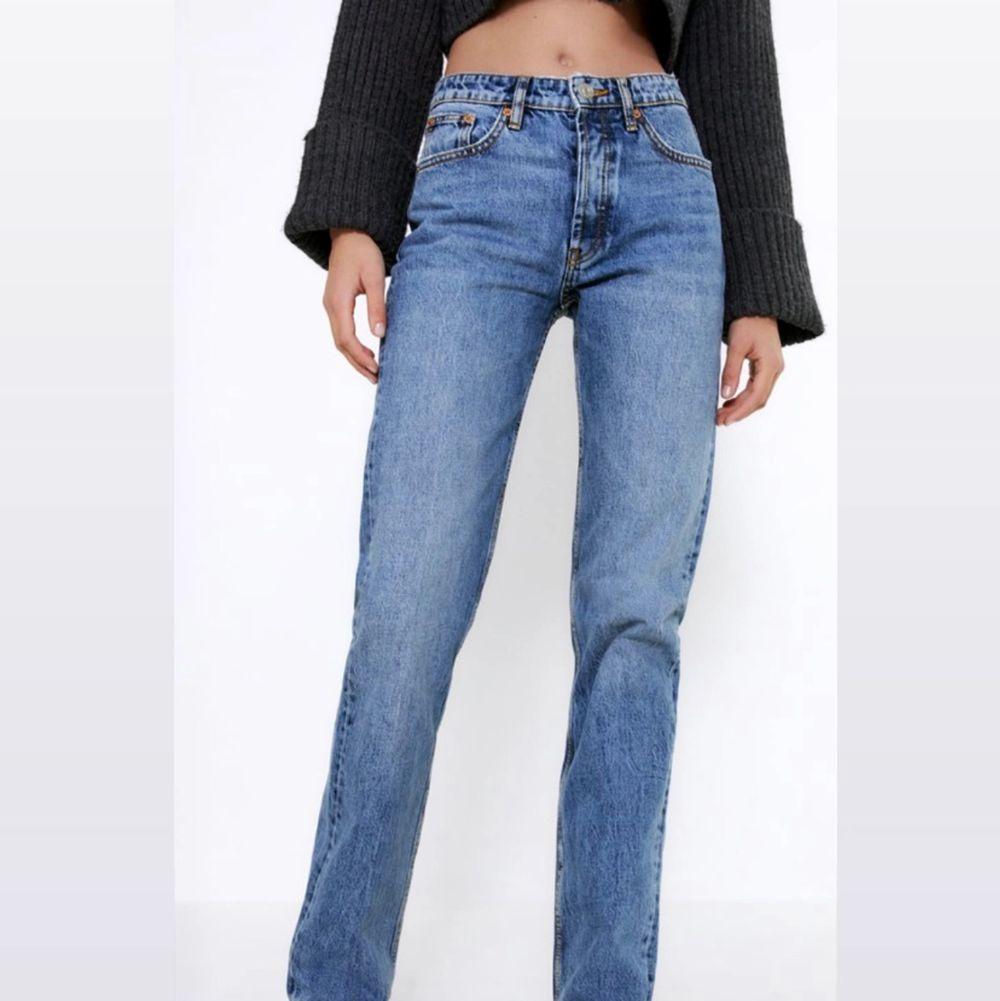 Säljer dessa supersnygga blåa jeans från Zara då de tyvärr är för små för mig. De är helt nya och med alla lappar kvar. Helt slutsålda på hemsidan!. Jeans & Byxor.