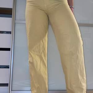 Ett par superfina Wideleg jeans i ljusgul färg. Pris kan diskuteras! 200 annars högst budande. Storlek 42, mer som en Medium.