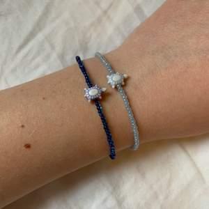 Egengjorda pärlarmband, ca 17cm, silverlås, ljusblå & mörkblå, kan köpas båda ihop eller ensamma, 50kr/st och gratis frakt 👌🏼
