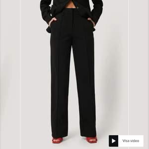 Kostymbyxor med slits jag köpte i hopp om att jag skulle gå ner i vikt men då de inte blivit av och de nu har gått ca ett halvår tänker jag nu sälja dessa jättefina byxor. Dom är endast använda 1 gång av en kompis så jättefint skick.