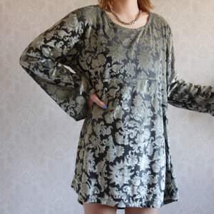 En skön lite glansig klänning. Bevara den som den är eller gör om den? ☺️ tyget är jätte fint och är i bra kvalitet. Aldrig använt den! Kolla på mina andra annonser så blir det kanske billigare med frakt 👏🏽