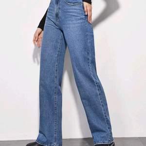 Ett par jeans från shien i storlek XL. Jag är en xl och dom passar perfekt överallt förutom runt magen (kan ej stänga dom).. Jätte bra kvalité, luktar något starkt, men går säkert bort i tvätten.
