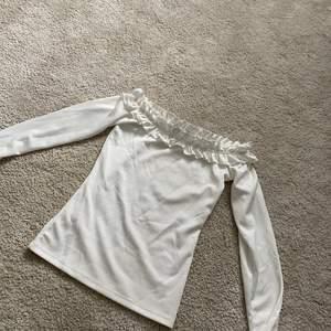 Off shoulder topp från Gina tricot storlek xs, använd fåtal gånger men hel och ren🌸 säljer för 150kr🌸🤍