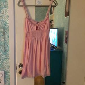 rosa klänning från juicy couture! den e nopprig, men det framgår inte så tydligt tycker jag. står m, men den är väldigt liten i storleken så är mer av en xs.