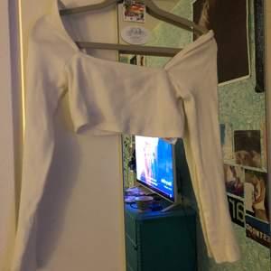 kort, vit topp från urban outfitters i bra skick!
