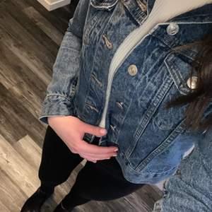 Fin jeansjacka ifrån Lager157 som är använd max 3 gånger. Nypris för denna 399 kr. Den är inte min smak på jacka därav så säljs den!