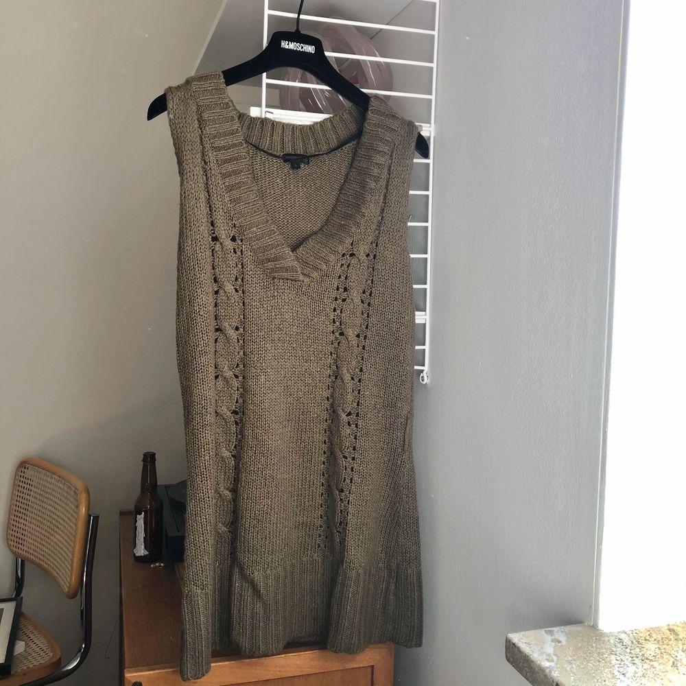 Köpt vintage, strl L så oversized. Man kan ha den med skjorta under eller som klänning. Stickat.