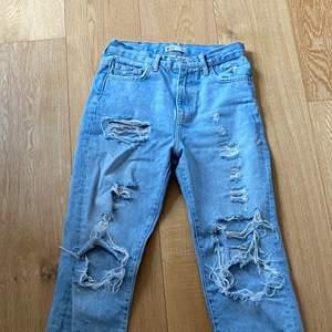 Snygga håliga jeans från Gina❤️                                  Passar bra nu till våren/sommaren då dem är fin färg osv...😊 köpta för 599kr<3 säljer för 200kr +frakt ❤️